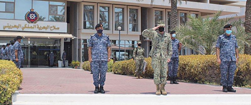 قائد الأسطول الخامس يزور سلاح البحرية الملكي البحريني